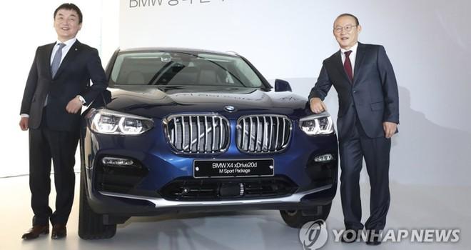 Đầu năm nay, huấn luyện viên Park lại được tặng chiếc BMW X4 tại Hàn Quốc