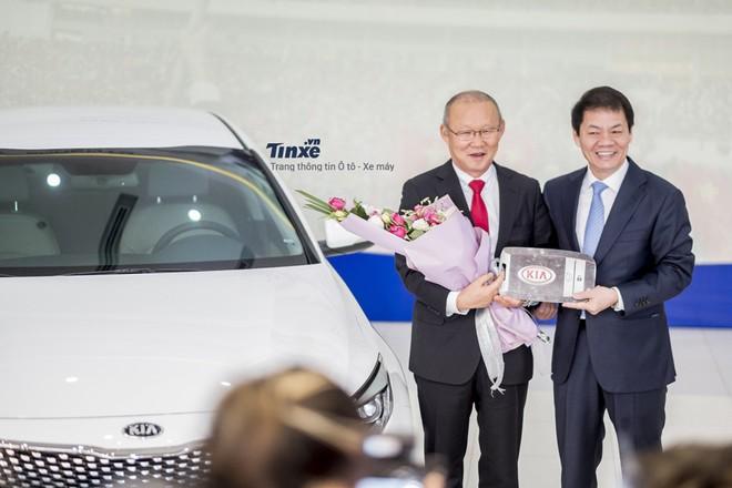 Ông Park được THACO Trường Hải tặng chiếc Kia Optima vào hồi đầu năm 2018