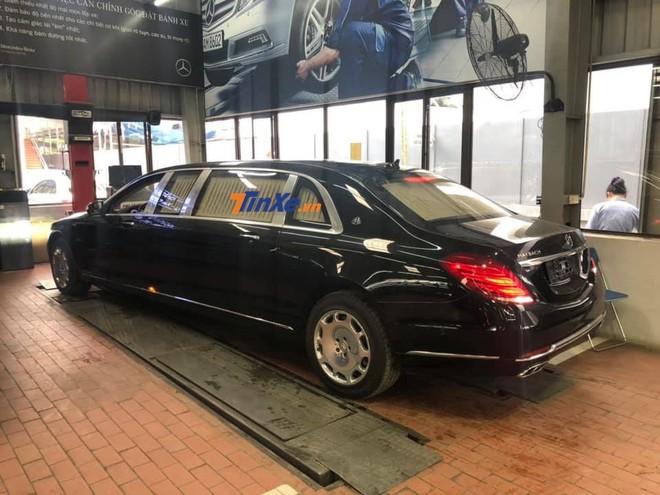 Chiều dài 6,4 m của Mercedes-Maybach S600 Pullman khiến không ít người tò mò làm sao xe di chuyển ở các con phố đông đúc tại Hà Nội