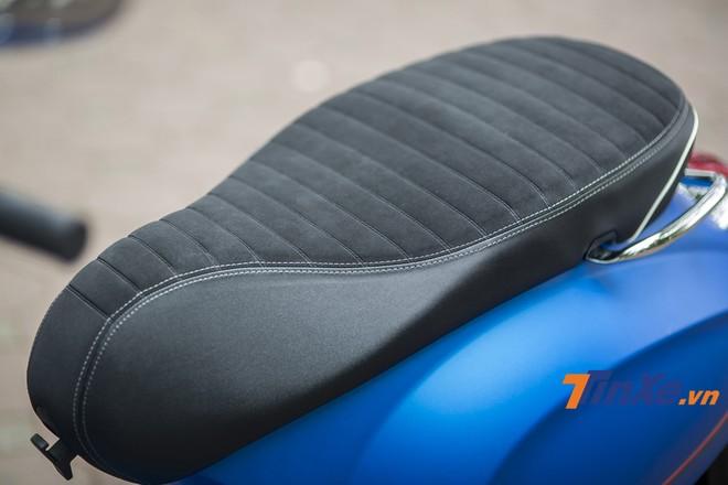 Phần yên xe cũng được thiết kế lại với vân ngang và sử dụng chết liệu da lộn. Đây là điều mang lại vẻ ngoài bắt mắt hơn và có hiệu quả sử dụng tốt hơn nhờ vào khả năng tăng độ bám và mềm mại khi ngồi lên.
