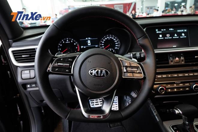 Vô lăng vát đáy tích hợp các phím điều khiển âm lượng, ga tự động cruise control và đàm thoại rảnh tay trên bản GT-Line