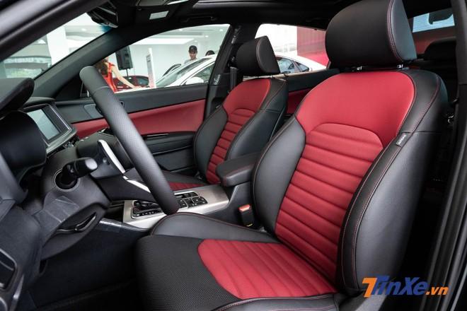 Các hàng ghế được bọc da, ghế lái chỉnh điện 12 hướng, ghế phụ chỉnh điện 10 hướng