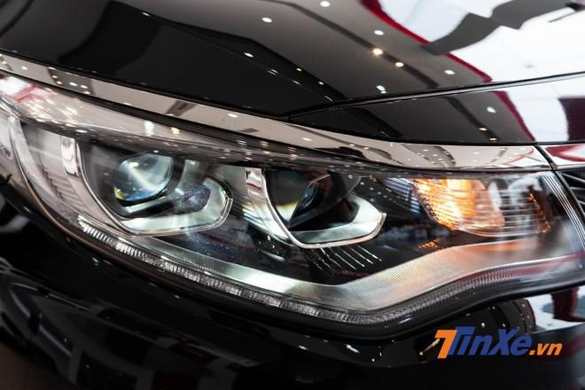 Cụm đèn chính full LED được làm mới với thiết kế uốn lượn tạo hình khỏe khoắn hơn trước đây, chóa đèn bên trong kiểu mới giống với trang bị trên mẫu sedan hạng C Kia Cerato