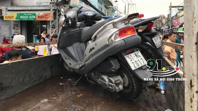 Chiếc xe ga Attila của cô gái được đưa đi khỏi hiện trường vụ tai nạn