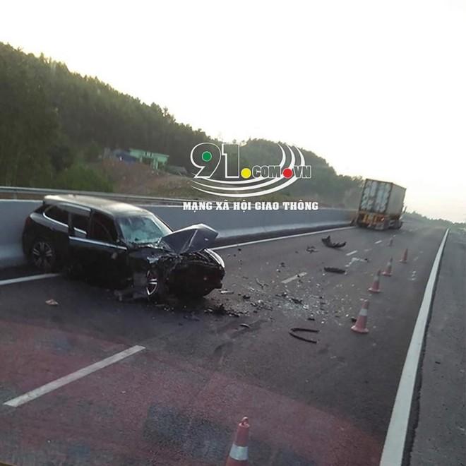 Hiện trường vụ tai nạn giữa chiếc Porsche Cayenne và xe container