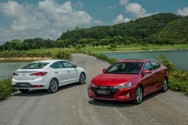 Ở phiên bản nâng cấp giữa vòng đời, Hyundai Elantra 2019 có thiết kế bớt đi một phần sang trọng mà tập trung vào hướng thể thao, trẻ trung