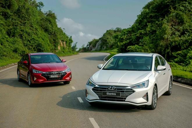 """Thay đổi nhiều nhất ở thiết kế ngoại thất của Hyundai Elantra 2019 chính là mặt ca lăng trước, ấn tượng với lưới tản nhiệt phong cách """"Cascading Grille"""", ca-pô cũng được bổ sung thêm một số đường gân khỏe khoắn hơn"""