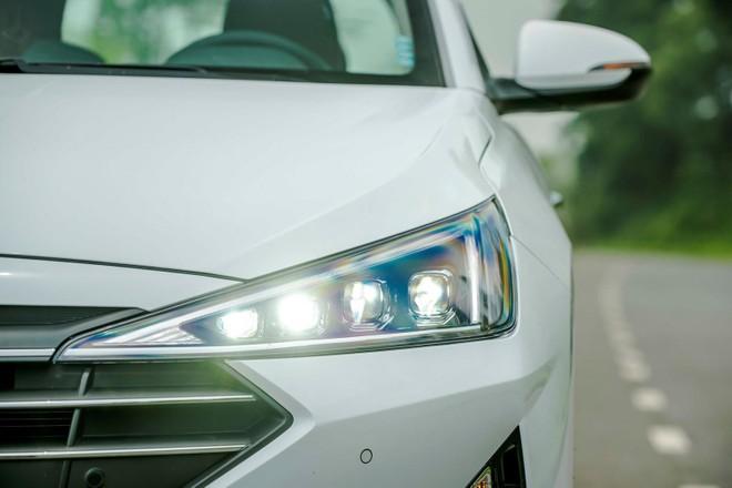 Cụm đèn chính được làm lại, tạo hình tam giác sắc bén và đâm sâu vào khu vực lưới tản nhiệt, bên trong là 4 cháo projector toàn bộ đều sử dụng bóng LED