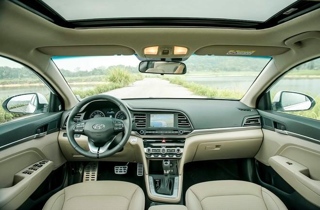 Tổng thể nội thất của xe không có gì thay đổi, vẫn có sửa sổ trời, cửa gió điều hòa được bỏ sung thêm viền kim loại trang trí