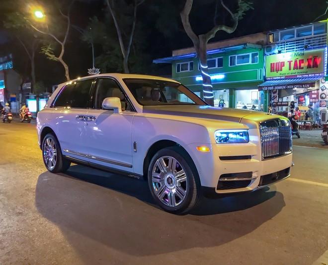 Vẻ đẹp của SUV siêu sang Rolls-Royce Cullinan độc nhất Việt Nam trên đường phố Hà Nội vào ban đêm