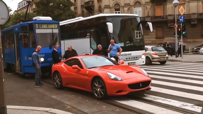 Chuyện hy hữu, siêu xe Ferrari California hết xăng trên đường gây ùn tắc giao thông