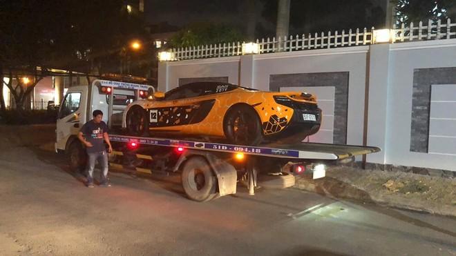 Siêu xe McLaren 650S Spider mang bộ áo của McLaren Senna GTR đã được chủ nhân cho lên xe cứu hộ và vận chuyển ra Hà Nội trong đêm qua