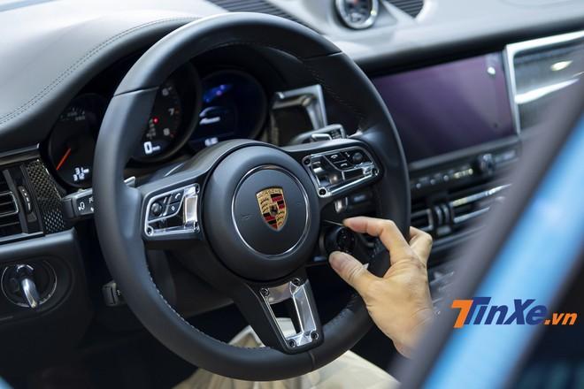 Vô-lăng GT lấy từ người anh em Porsche 911.