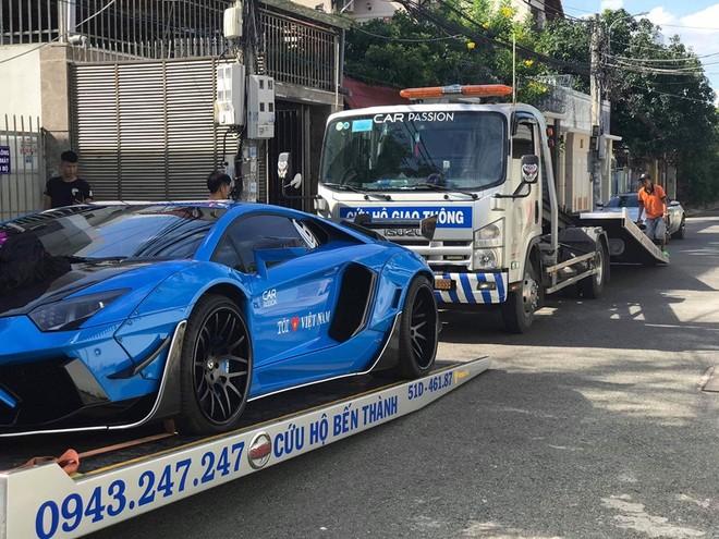 Cặp đôi siêu xe của doanh nhân Vũng Tàu lên xe cứu hộ vận chuyển ra Hà Nội trong chiều hôm qua