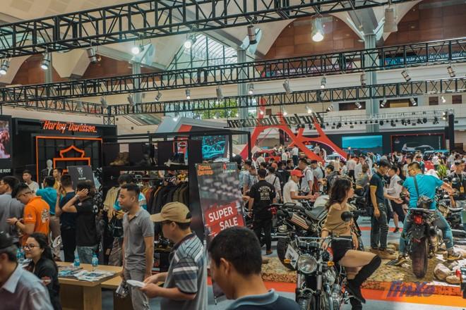 Ngày đầu tiên của triển lãm đã có sự thu hút rất lớn bởi lượng khách rất lớn có mặt tại các gian hàng