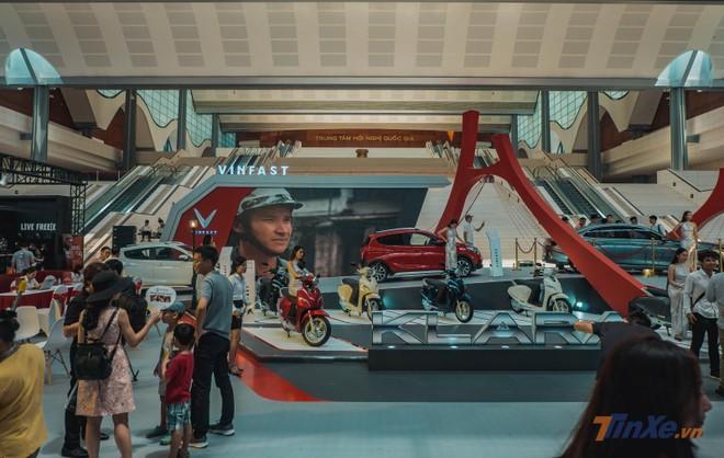 Gian hàng lớn nhất bên trong triển lãm là của Vinfast, vị trí này từng là của Ducati vào năm ngoái. Lần này, Vinfast mang tới mẫu xe máy điện Klara quen thuộc cùng với Vinfast Fadil, Vinfast LUX A...