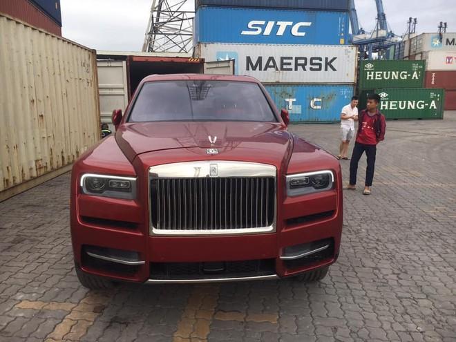 Còn đây là một chiếc SUV siêu sang Rolls-Royce Cullinan mang màu đỏ đã xuất hiện tại Việt Nam