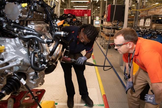 Tramaine Smalls hướng dẫn Dyer lắp ráp bộ phận truyền động cho động cơ