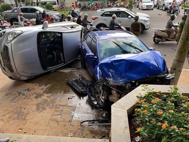 Chiếc xe chỉ dừng lại khi đâm vào cột đèn và bồn hoa trên vỉa hè của quảng trường Đại đoàn kết