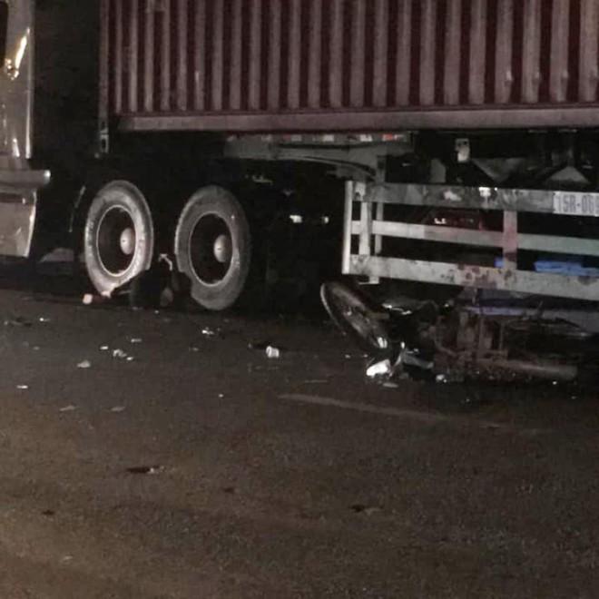 Hiện trường vụ tai nạn giữa chiếc xe máy và xe container tại thành phố Móng Cái