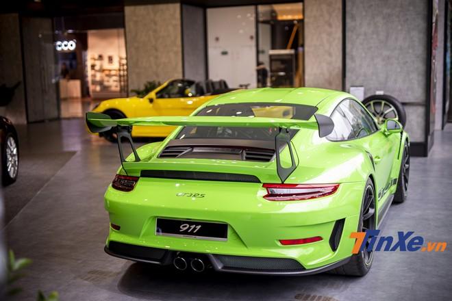 Phía sau Porsche 911 GT3 RS 2019 là cụm đèn hậu dạng LED cùng với đuôi giá cỡ lớn để tăng sức ép xuống đuôi xe khi di chuyển ở tốc độ cao.