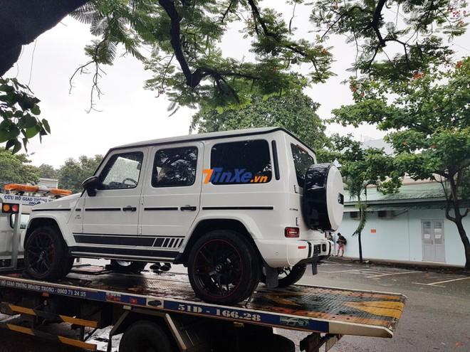 Chiếc Mercedes-AMG G63 Edition 1 màu trắng của Minh Nhựa được vận chuyển xuống 282 Nơ Trang Long bằng xe chuyên dụng