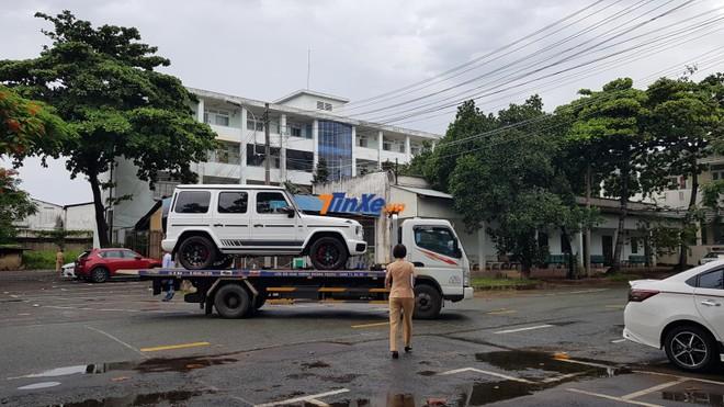Đến 16h30 chiều ngày 24/6/2019, chiếc SUV hạng sang Mercedes-AMG G63 Edition 1 của Minh Nhựa rời địa điểm xét xe 282 Nơ Trang Long
