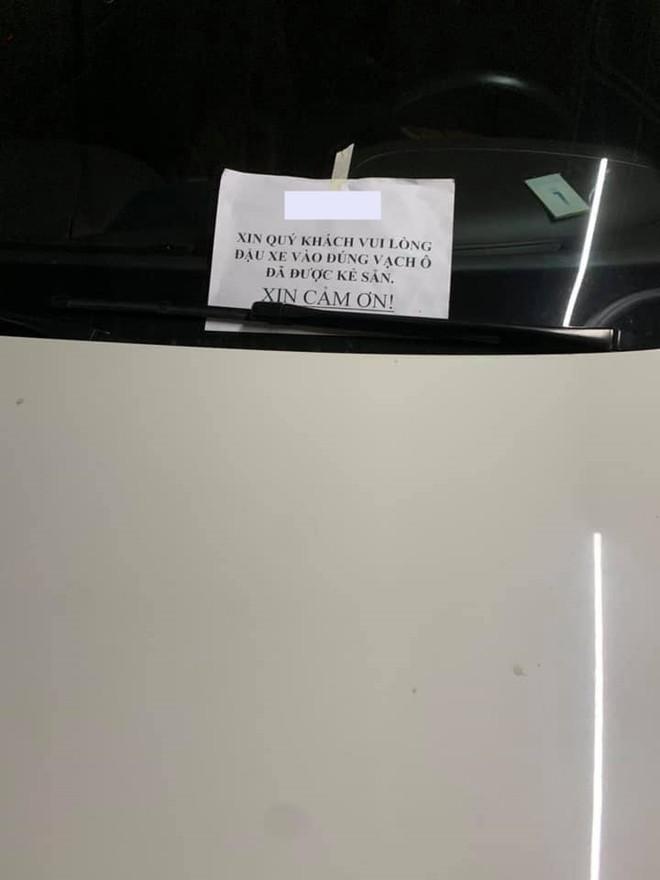 Tờ giấy ghi thông báo của bảo vệ toà nhà nơi chiếc Bentley Continental Flying Spur Speed đỗ sai vị trí bị khoá bánh