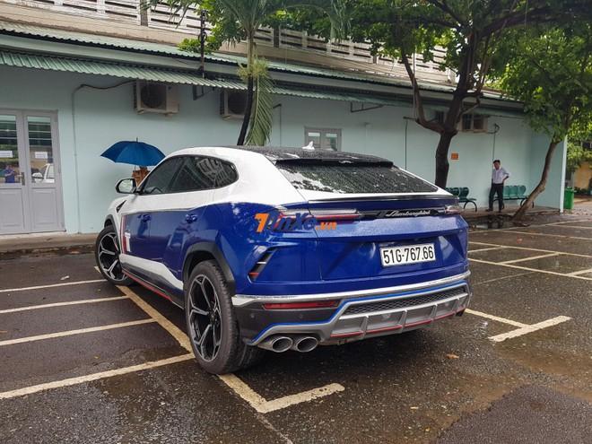 Phần đuôi xe được dán lại thành màu xanh dương