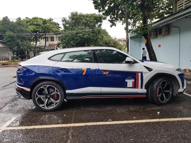 Nhưng hiện ngoại thất xe được dán thành 3 màu xanh dương, trắng và đỏ