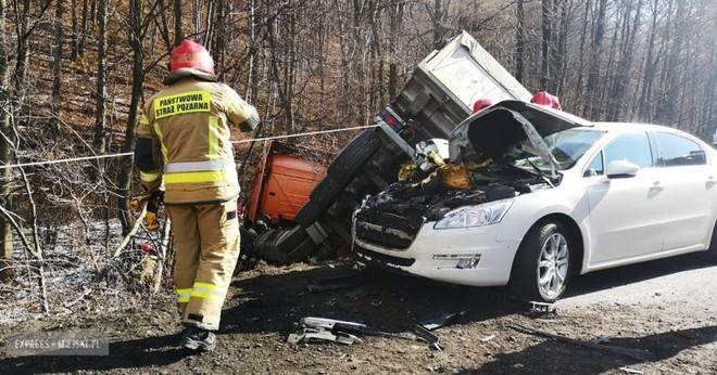 Chiếc Peugeot bị biến dạng đầu xe sau khi bị vạ lây trong vụ tai nạn