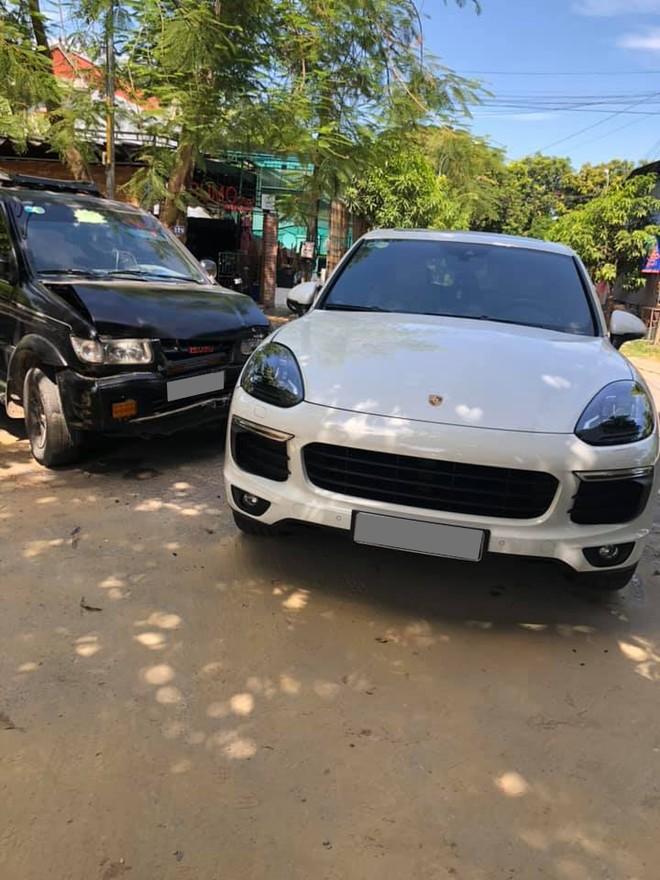 Hiện trường vụ tai nạn giữa chiếc Isuzu Hi Lander Xtreme và SUV hạng sang Porsche Cayenne