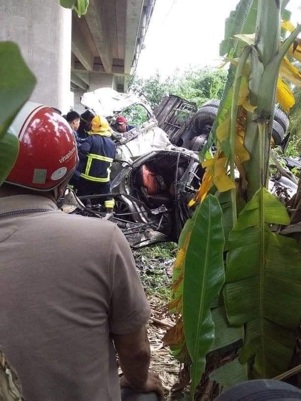 Cả hai phương tiện đều bị biến dạng sau vụ tai nạn