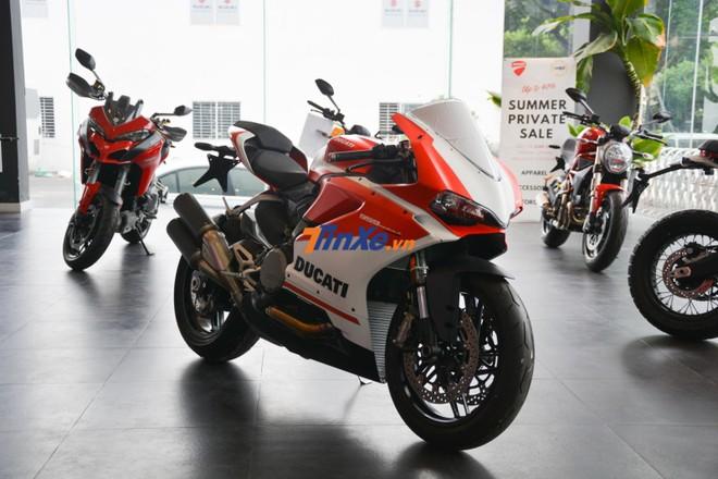 Ngoại hình Ducati 959 Panigale Corse có 2 màu sơn trắng nhám và đỏ nhám theo phong cách những mẫu xe đua MotoGP của hãng