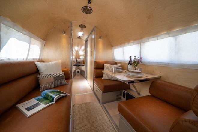 Tường nội thất trong xe được ốp gỗ thật, không gian đủ rộng rãi cho 4 người sử dụng