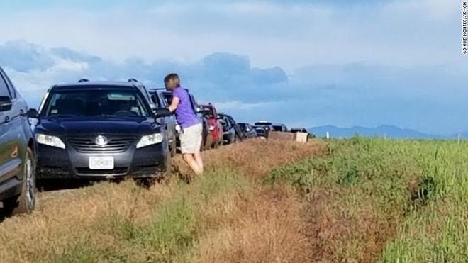 Khoảng 100 chiếc ô tô bị mắc kẹt trên con đường đất đầy bùn lầy vì tin Google Maps