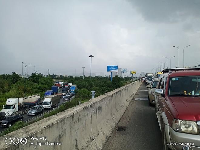 Vụ tai nạn cùng với một xe container chết máy đã khiến cao tốc Long Thành - Dầu Giây, hướng từ Tp.HCM đi Đồng Nai kẹt xe hơn 6 giờ đồng hồ
