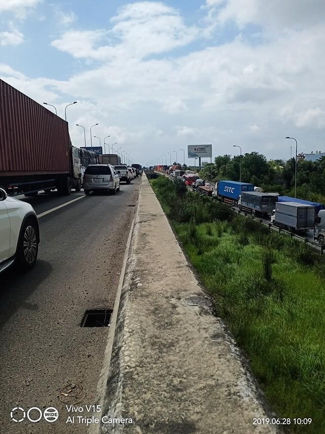 Hàng dài phương tiện nối đuôi nhau trên cao tốc Long Thành – Dầu Giây vào sáng nay
