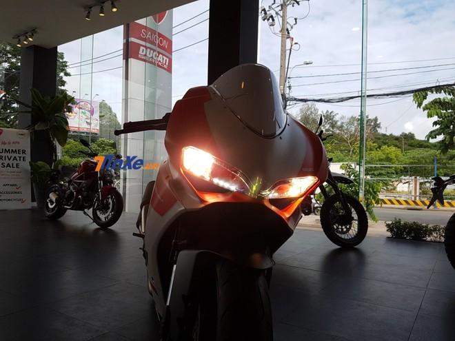Ducati 959 Panigale Corse vẫn sử dụng đèn pha halogen