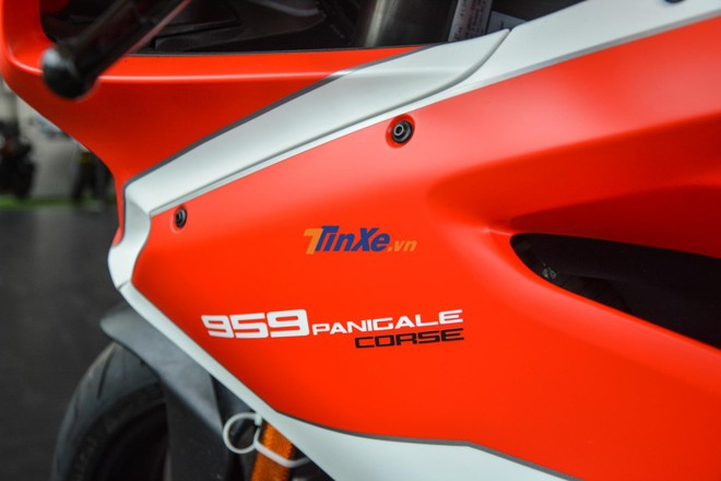 Dòng chữ 959 Panigale hoàn thành màu trắng trên nền sơn đỏ nhám, riêng chữ Corse có màu đen
