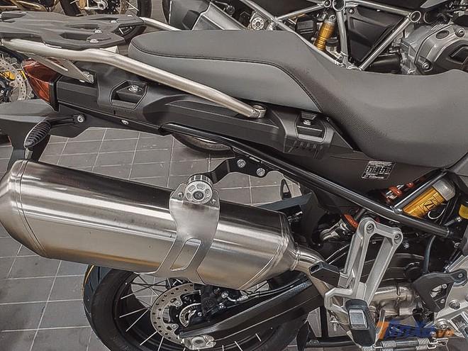 Vẫn sở hữu yên liền, baga sau và pô vắt cao như trước, mẫu xe này mang khối động cơ 2 xilanh, dung tích 853cc. Động cơ cho công suất tối đa 95 mã lực tại vòng tua máy 8,250 vòng/phút và mô-men xoắn cực đại đạt 92 Nm tại 6,250 vòng/phút. Động cơ được giải nhiệt bằng dung dịch, hộp số 6 cấp.