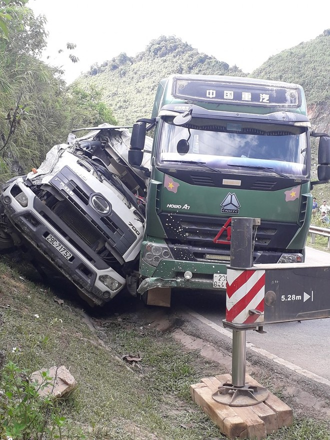 Hiện trường vụ tai nạn giữa xe trộn bê tông và xe bồn trên đèo Pha Đin