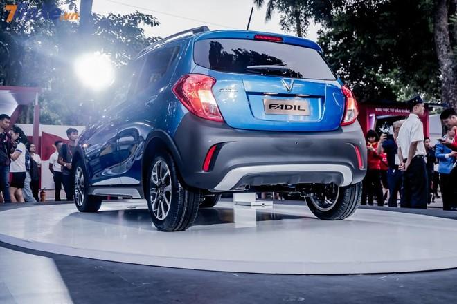 VinFast Fadil không có chắn bùn sau ngay từ trong thiết kế tại Châu Âu. Do đó, tại Việt Nam những chiếc xe đầu tiên cũng không được trang bị chi tiết này.