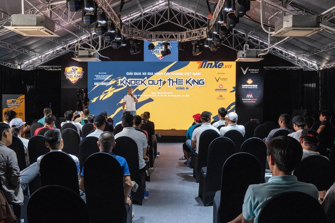 Khâu tổ chức cho vòng thứ 3 của KOK chuyên nghiệp hơn với khu vực Racing Lounge dành cho khách mời có thể theo dõi giải đua qua màn hình LED siêu lớn trong bầu không khí mát mẻ từ hàng loạt điều hòa công suất lớn, không khác những giải đua lớn trên thế giới