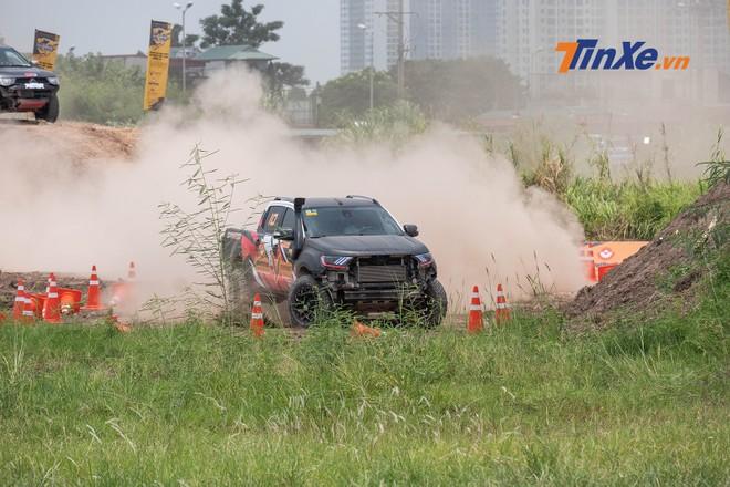 Thời tiết nắng nóng hơn 40 độ ở Hà Nội khiến công tác làm ướt đường đua không được hiệu quả, cát bụi bốc lên hạn chế tầm nhìn của tay đua phía sau