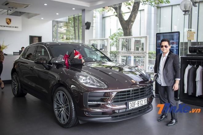 Nam ca sĩ Trọng Tấn bên chiếc xe Porsche Macan 2019 của mình.