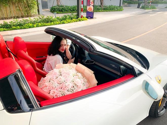Cô gái trẻ hạnh phúc cùng siêu xe Ferrari 458 Spider trong ngày nhận bàn giao