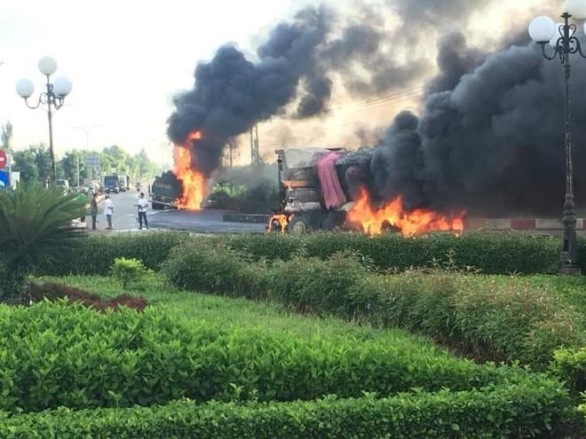 Xe bồn và xe ben chở cát cháy như đuốc sau tai nạn kinh hoàng