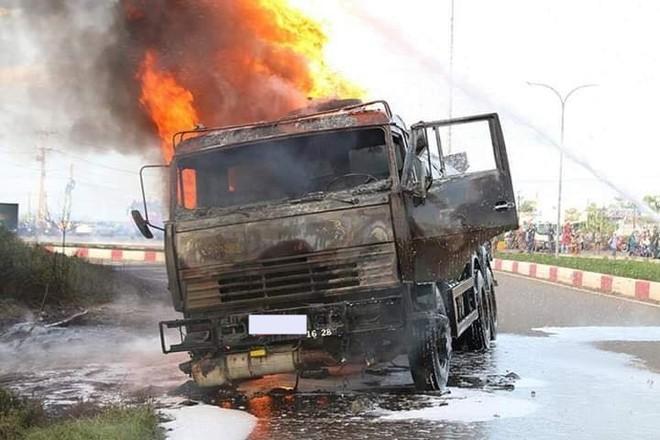 Chiếc xe bồn bị lửa thiêu rụi