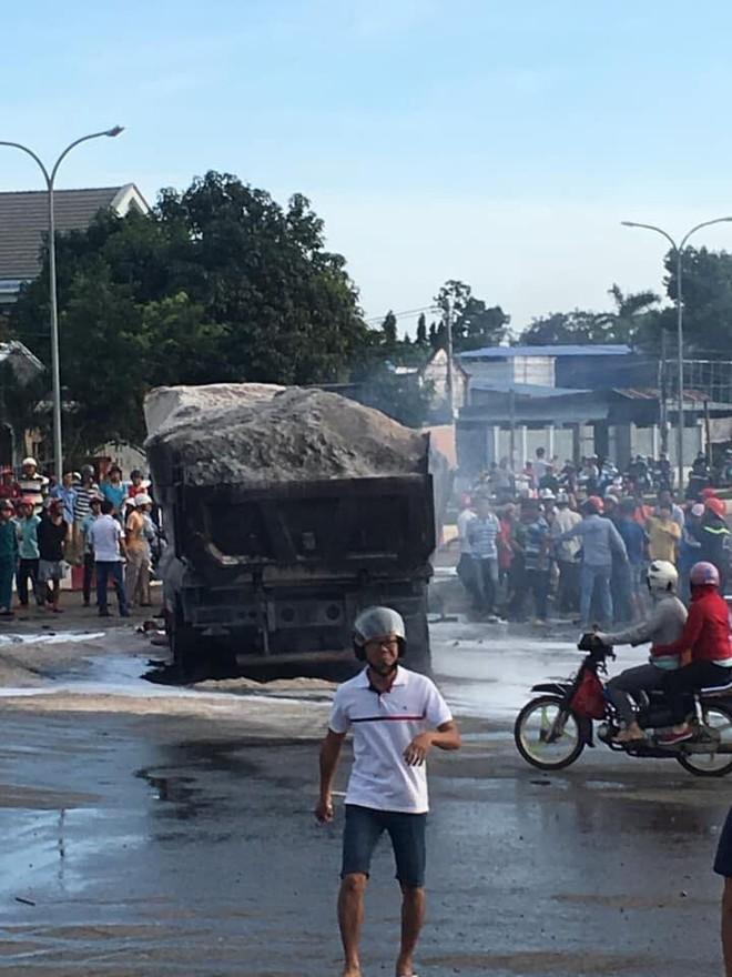 Rất đông người dân theo dõi vụ tai nạn